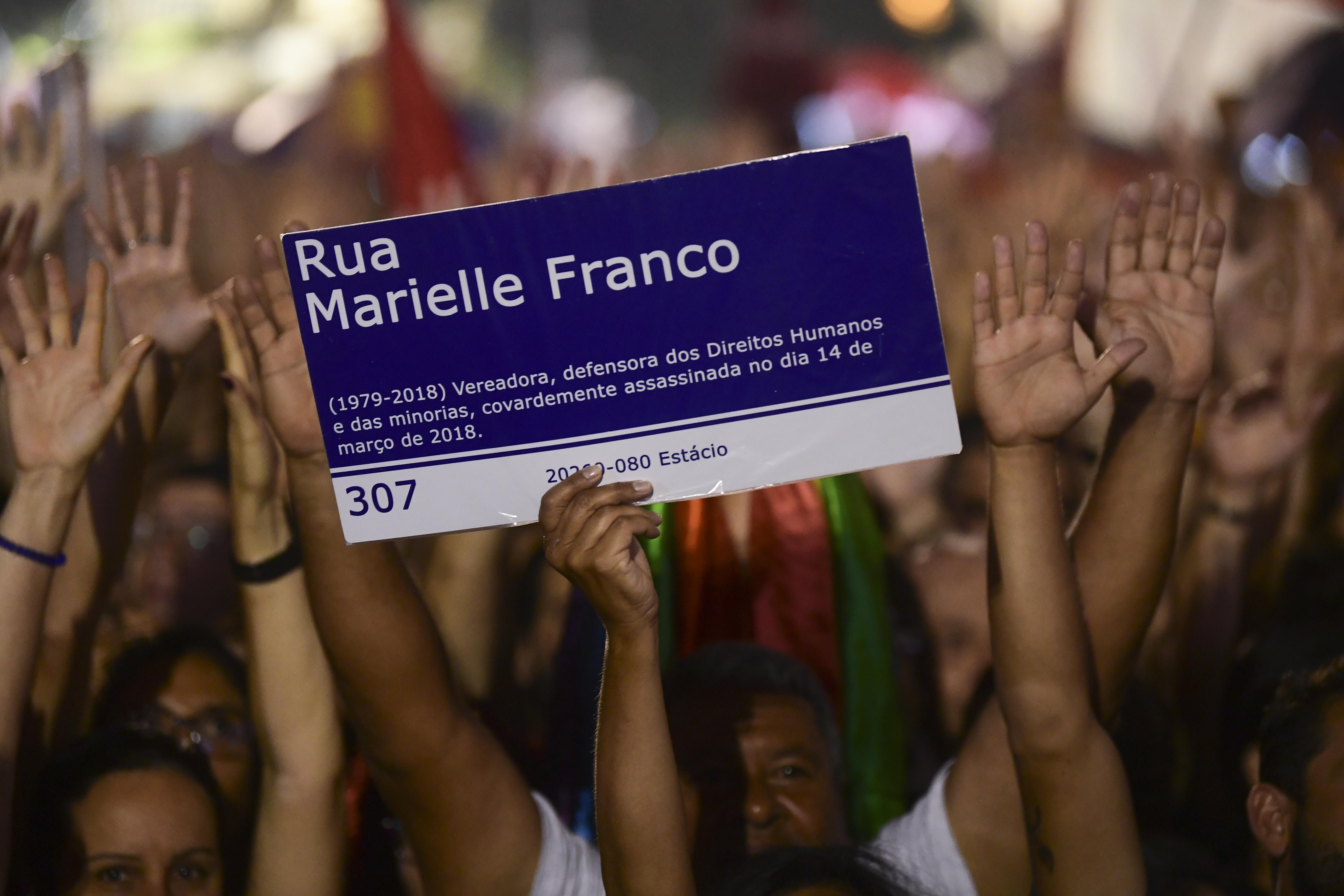 O candidato presidencial Fernando Haddad segura placa escrita Rua Marielle Franco durante a campanha no dia 23 de outubro de 2018.