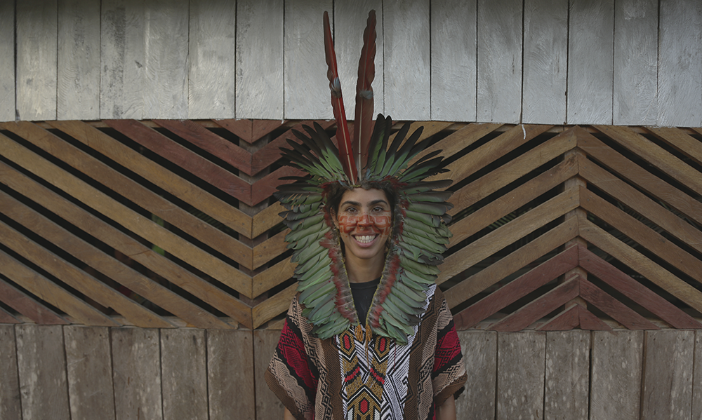 Bela Gil com cocar, pinturas e vestimentas indígenas