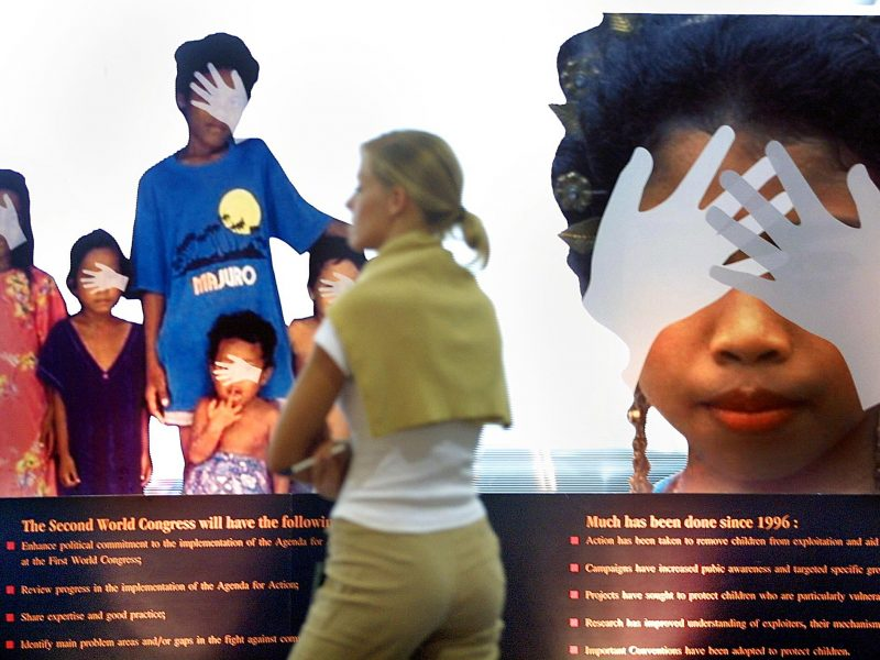 Uma participante mulher na exposição do 2º Congresso Mundial contra o Comércio Sexual e Exploração de Crianças, realizado pela ONU, em Bangkok, em 2001. (Foto: AFP)