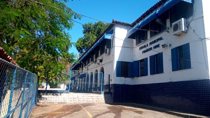 O professor Luiz Felipe Lins dá aula na escola Municipal Francis Hime