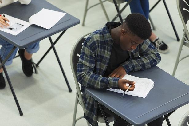 meninos negros escola